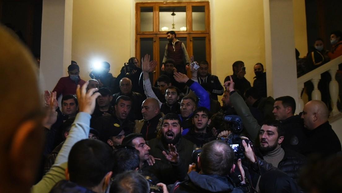 Armenia: Una multitud protesta en Ereván y asalta el Parlamento tras el anuncio del acuerdo de paz en Nagorno Karabaj (VIDEOS)