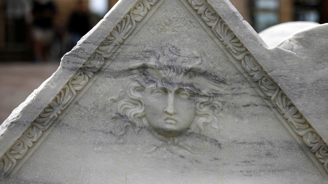 Cazadores de tesoros encuentran un sarcófago de hace 2.500 años decorado con una imagen de Medusa