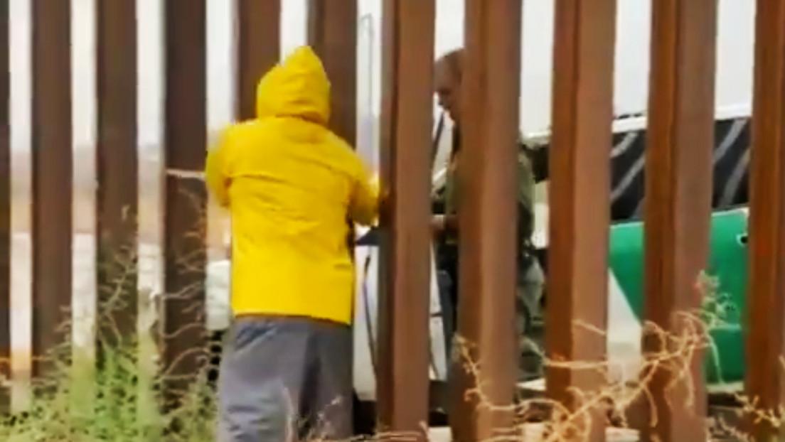 """""""Si no te gusta, no me lo pagas"""": Captan a un policía de EE.UU. comprando un tamal a través de las rejas del muro fronterizo (VIDEO)"""