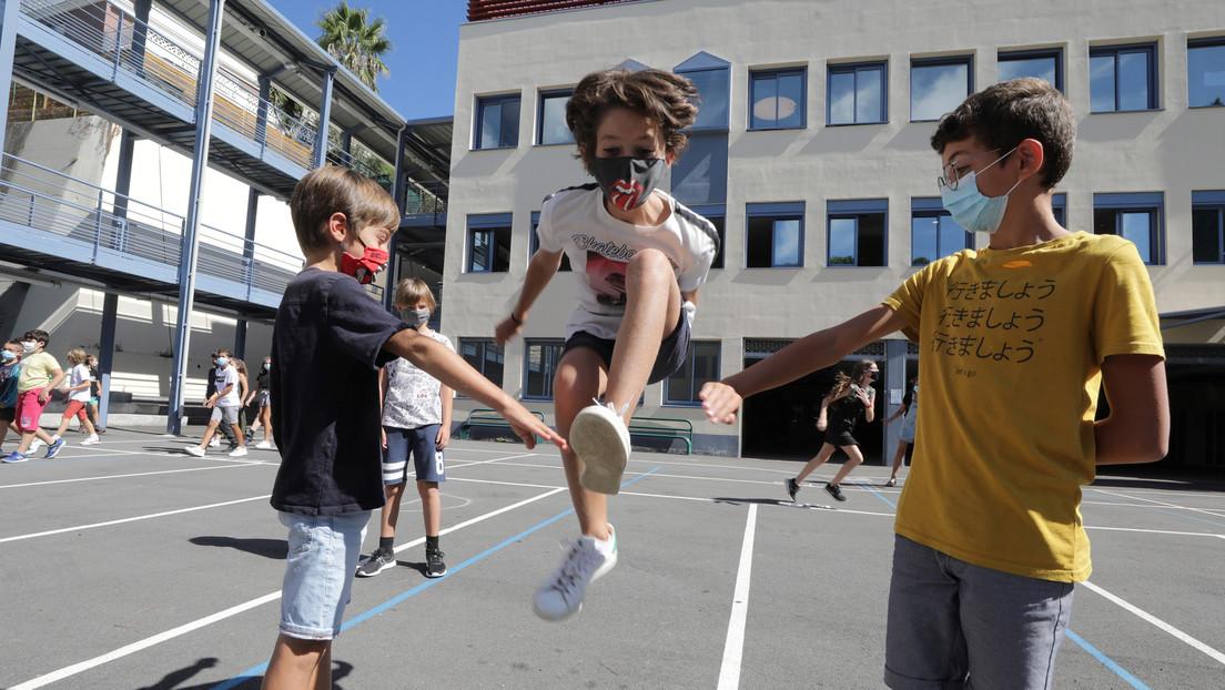 Escuela francesa prohíbe a los padres que llegan tarde 'arrojar' a sus hijos por encima de la cerca de 2 metros