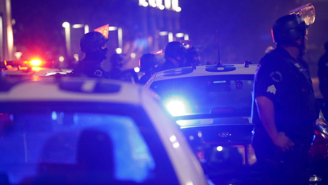 """Suspenden en EE.UU. a un policía tras una polémica detención bajo gritos de """"No puedo respirar"""""""
