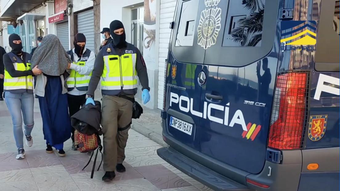 Detienen en España a una joven que planeaba huir a Siria para unirse al Estado Islámico y casarse con un terrorista