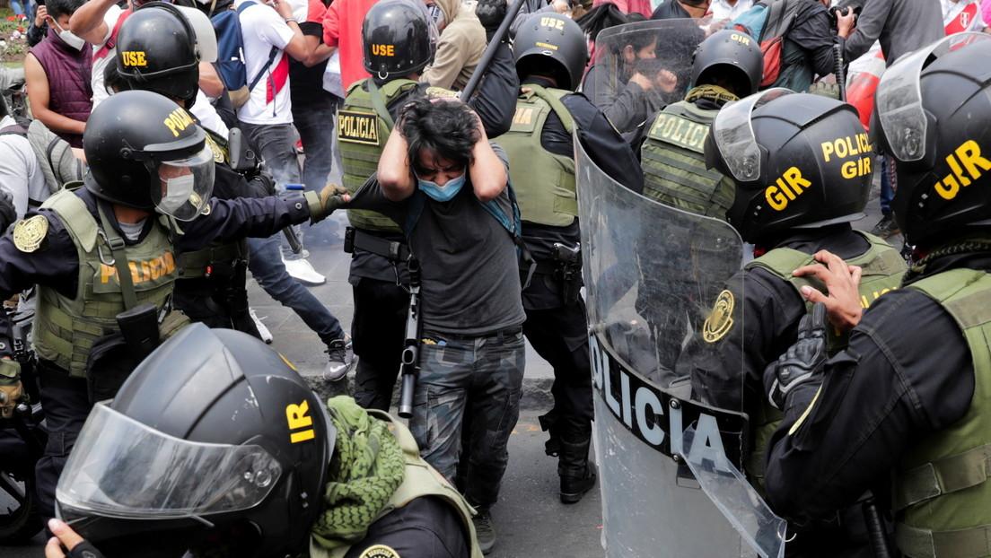 Gases, disparos y ataques a la prensa: la cruda violencia represiva estalla en Perú luego de la destitución de Vizcarra