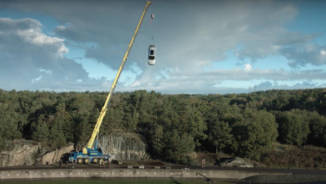 VIDEO: Volvo lanza coches nuevos desde 30 metros de altura