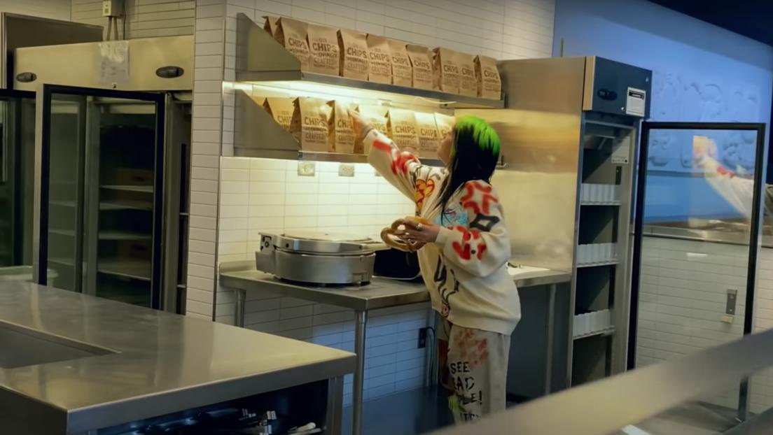 VIDEO: Billie Eilish responde a sus detractores comiendo 'fast food' en su nuevo videoclip