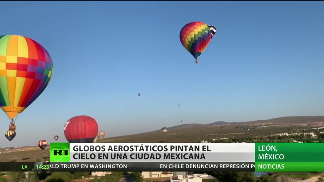 Globos aerostáticos pintan el cielo de una ciudad mexicana