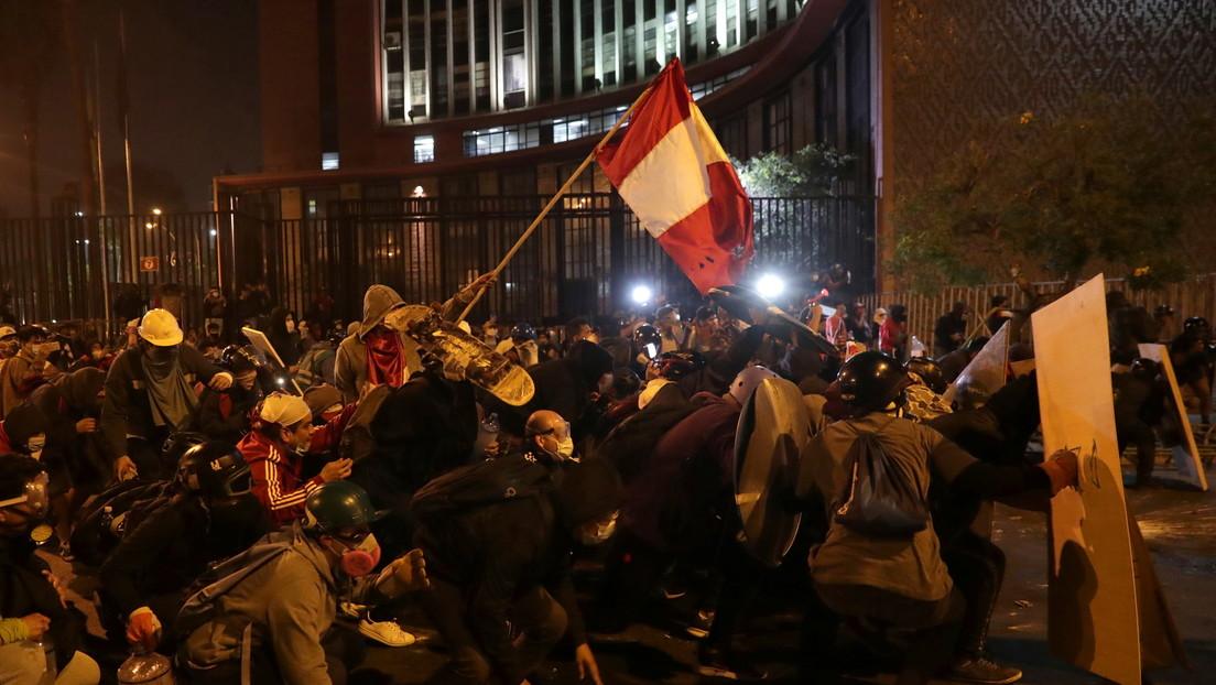 """Al menos dos muertos tras el """"uso indiscriminado"""" de bombas lacrimógenas y perdigones de la Policía contra los manifestantes en Perú"""