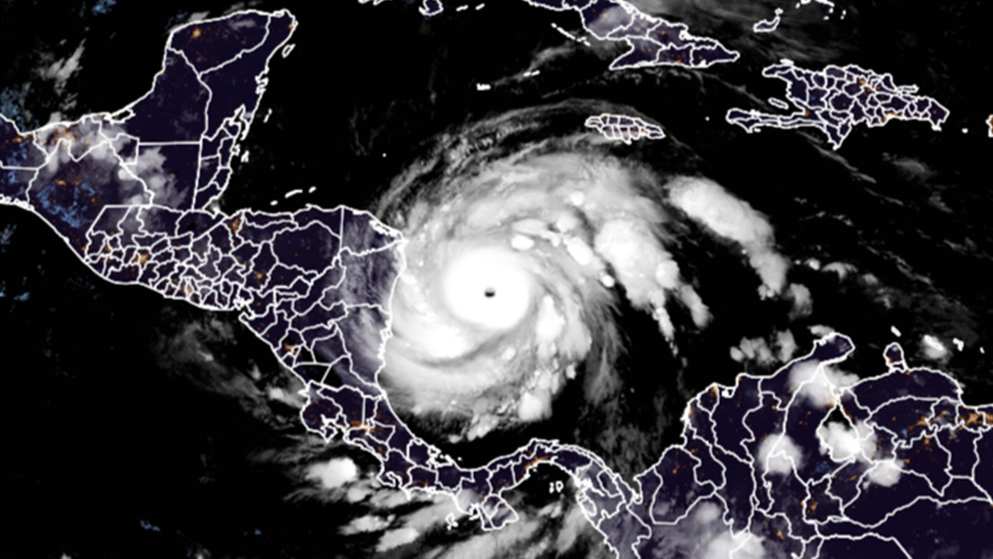 """La tormenta tropical Iota amenaza con convertirse en un """"grave y peligroso"""" huracán categoría 4 mientras se acerca a Centroamérica"""