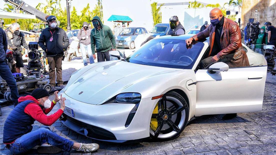 """FOTO: Dwayne Johnson es """"demasiado grande"""" para entrar en un Porsche y obliga a cambiar el rodaje de su nueva película"""
