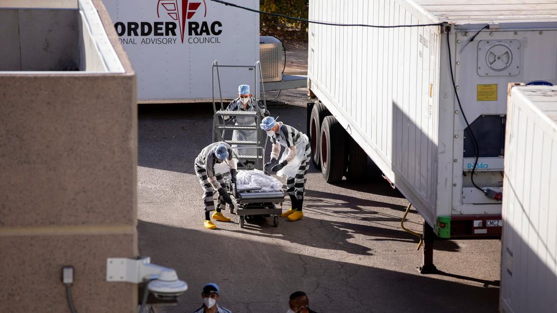 Presos trasladan cuerpos a morgues móviles mientras Texas registra más de un millón de casos de covid-19
