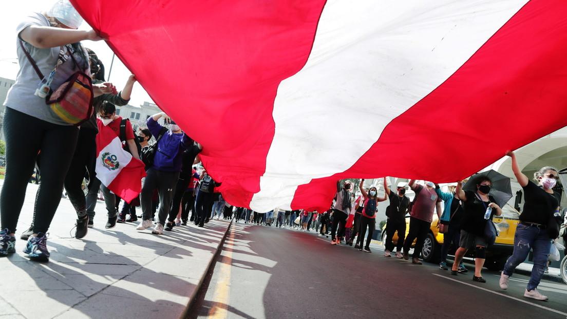 Peruanos se reúnen frente al Congreso para rendir homenaje a fallecidos en las protestas y por la votación del nuevo presidente interino