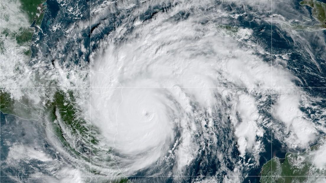 """El huracán Iota alcanza la máxima categoría y amenaza a Centroamérica con vientos """"catastróficos"""" y unamarejada ciclónicapotencialmente mortal"""