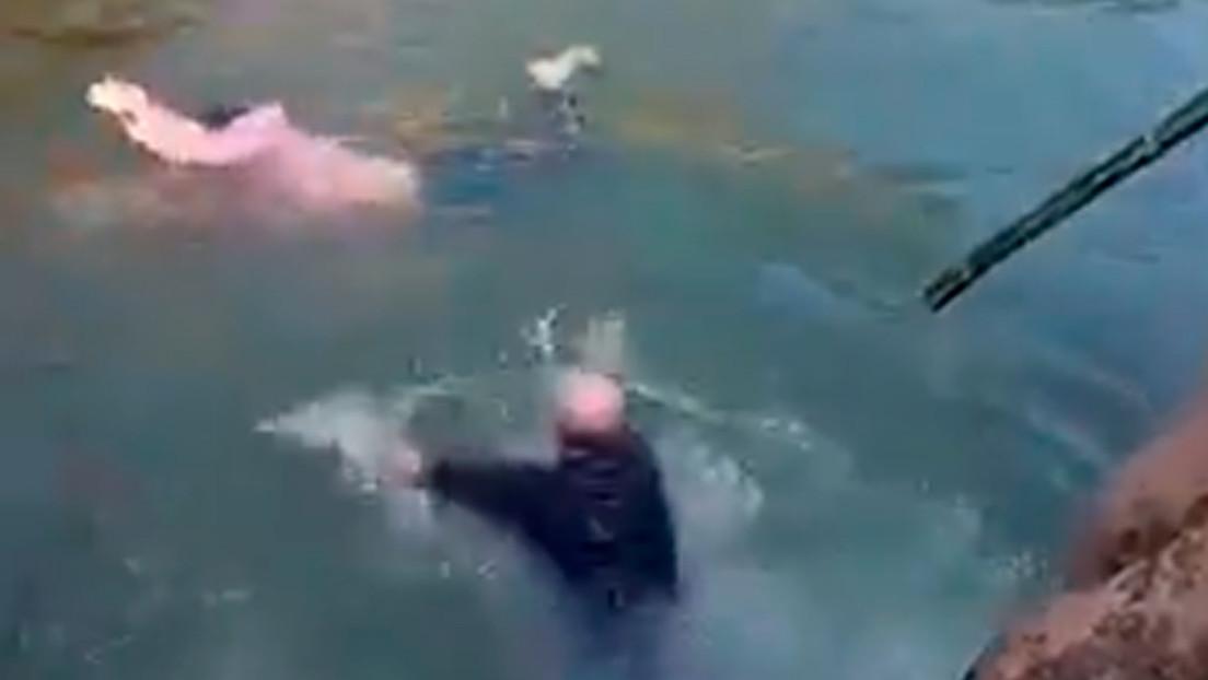 VIDEO: Un diplomático británico se lanza a un río en China para salvar a una mujer que se estaba ahogando