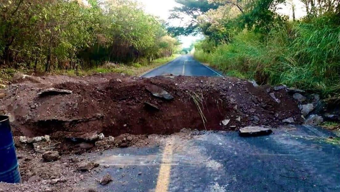 Pobladores del estado mexicano de Michoacán cavan zanjas en carreteras para detener el asedio del Cártel Jalisco Nueva Generación