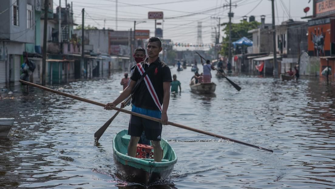 """""""Para mí no estaba con vida"""": El relato de una madre que vio a su bebé ahogarse y ser reanimado en medio de las inundaciones en México"""