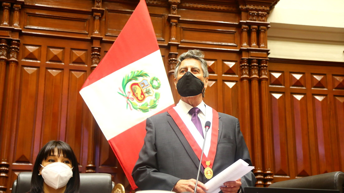 Francisco Sagasti se juramenta como presidente de Perú y es el tercero en ocupar el cargo en ocho días