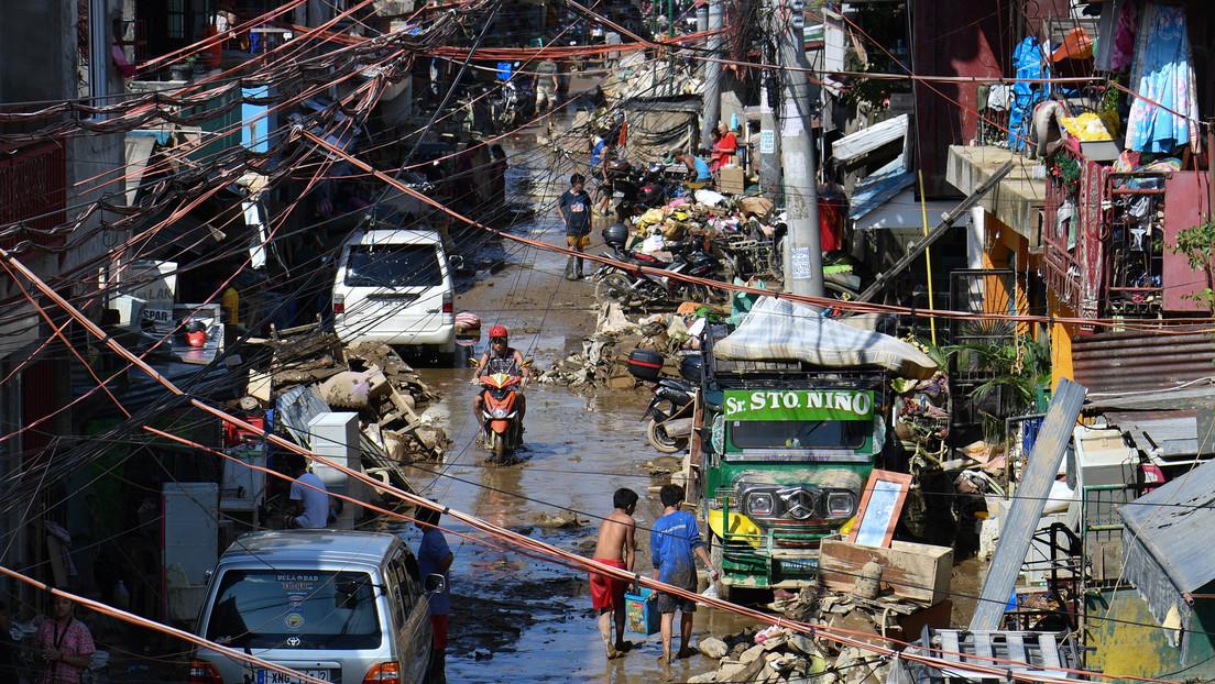 VIDEO: Un hombre camina sobre cables de alta tensión para recoger comida y alimentar a su familia durante las inundaciones en Filipinas