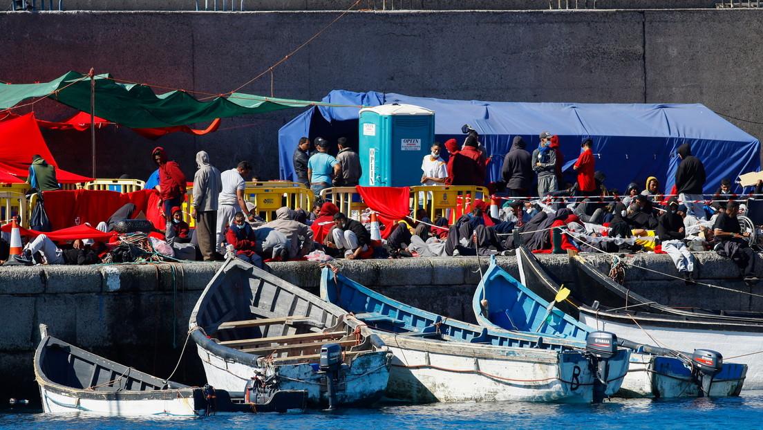 """""""El problema hay que resolverlo en África"""": Miles de migrantes hacinados en un puerto de Canarias desatan una grave crisis política en España"""