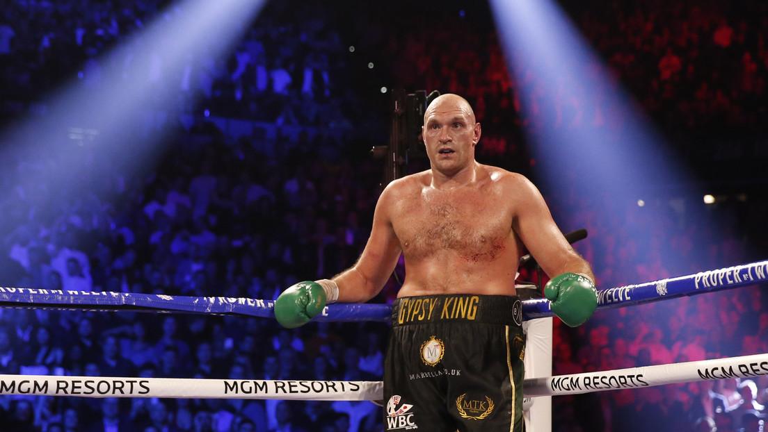 VIDEO: Tyson Fury le pega con tanta fuerza al saco que una parte del techo se le cae encima