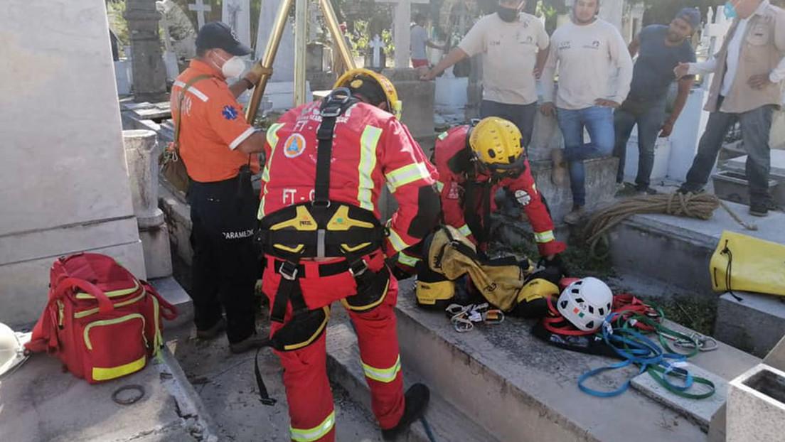 Un hombre muere durante el funeral de su esposa al caer al interior de una cripta en mal estado en México