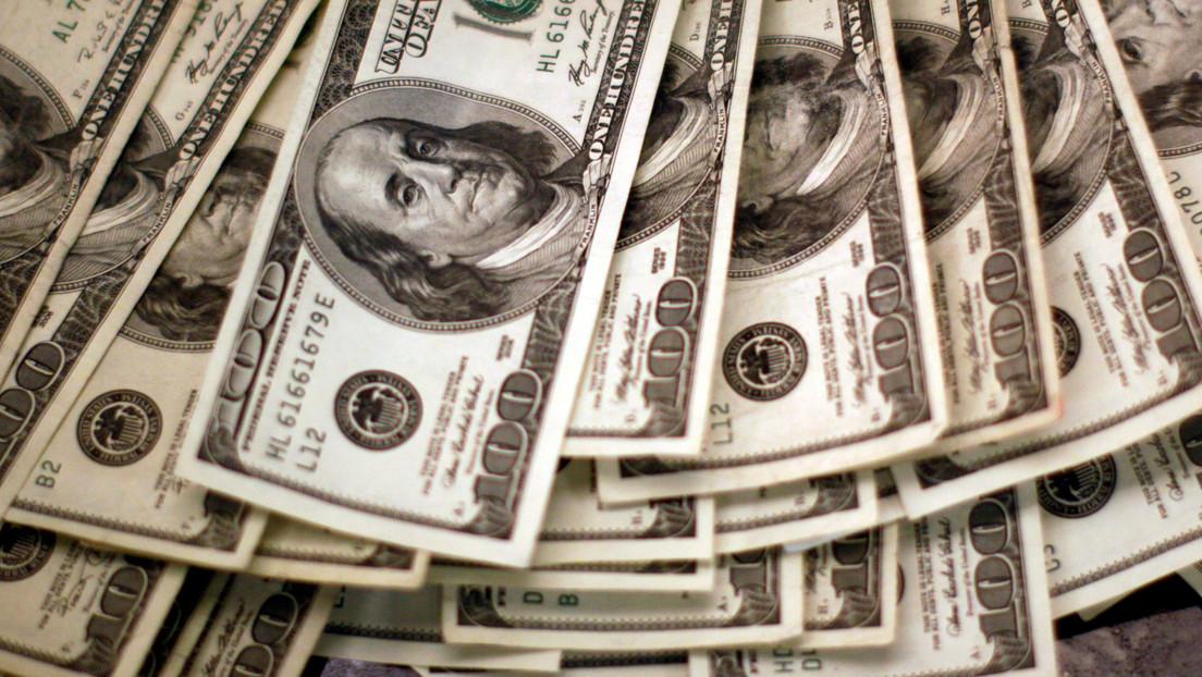 VIDEO: Una camarera recibe una propina sorpresa de 1.000 dólares escondidos dentro de vasos