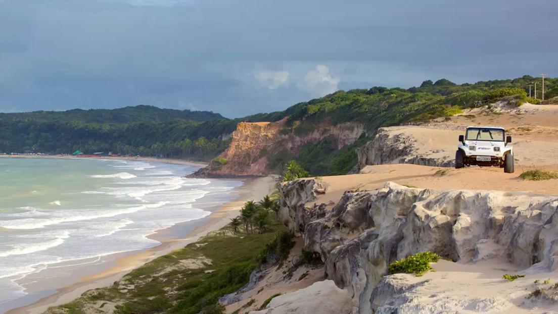 Una madre muere abrazada a su bebé de siete meses cuando intentaba protegerlo de un derrumbe en un acantilado en una playa de Brasil