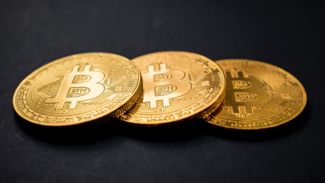 El precio del bitcóin sigue en alza: bate un récord de casi tres años y llega a menos de 400 dólares de su máximo histórico
