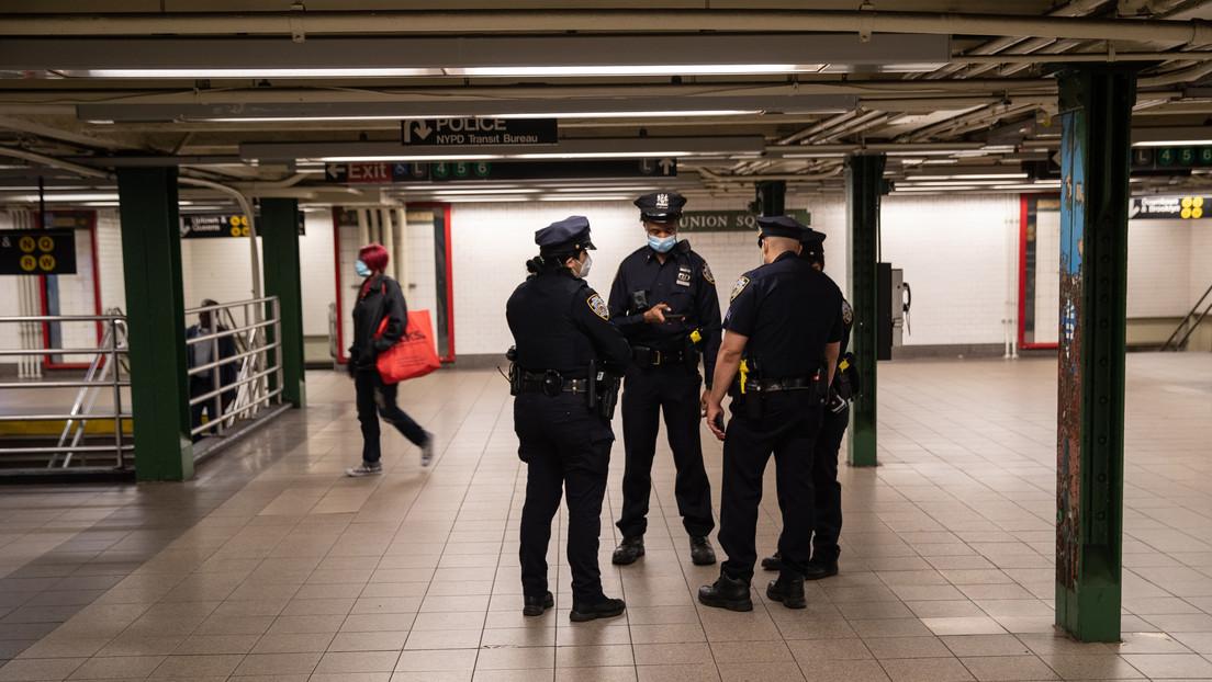 VIDEO: Un hombre empuja a las vías a una mujer segundos antes del arribo de un tren en el metro de Nueva York