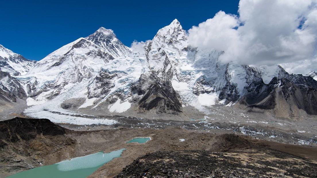 Hallan microplásticos en la 'zona de la muerte' del Monte Everest, la mayor altura jamás registrada donde se encontraron tales deshechos