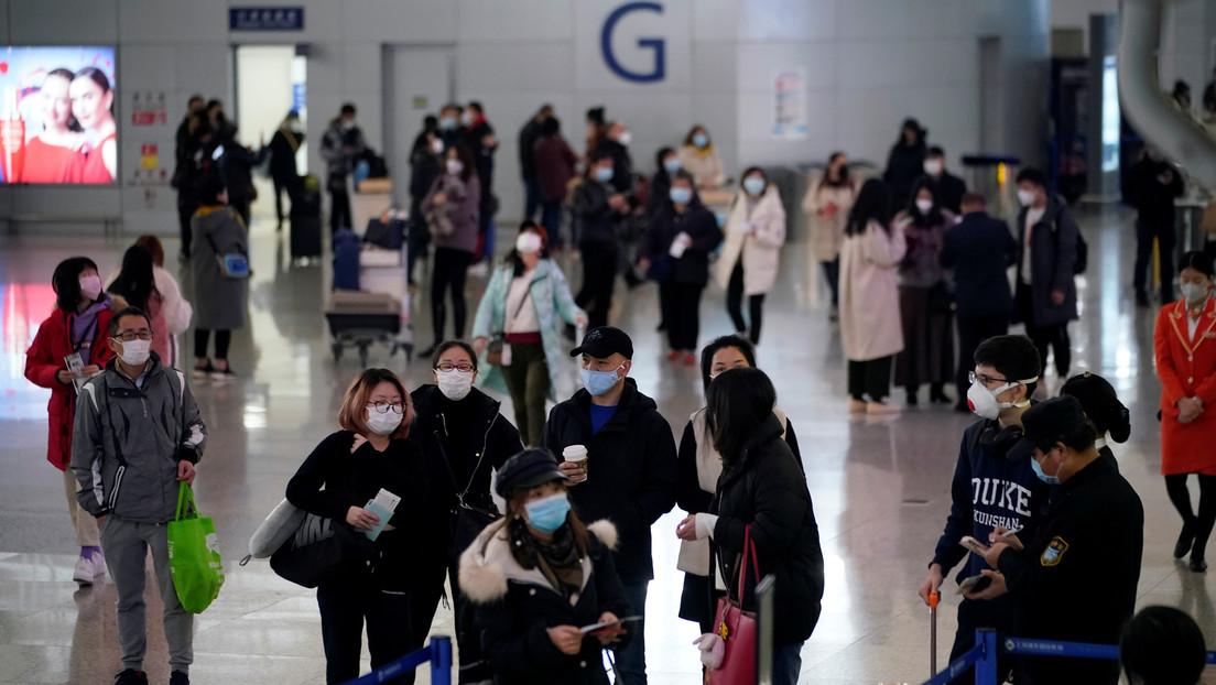 VIDEOS: Miles de personas desatan el caos en un aeropuerto de Shanghái, al ser encerradas luego de que un empleado diera positivo por coronavirus
