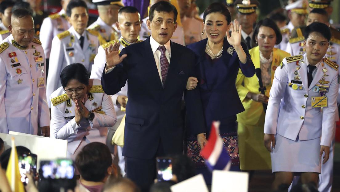 Una desconcertante foto de una escolta de la reina de Tailandia desata polémica mundial