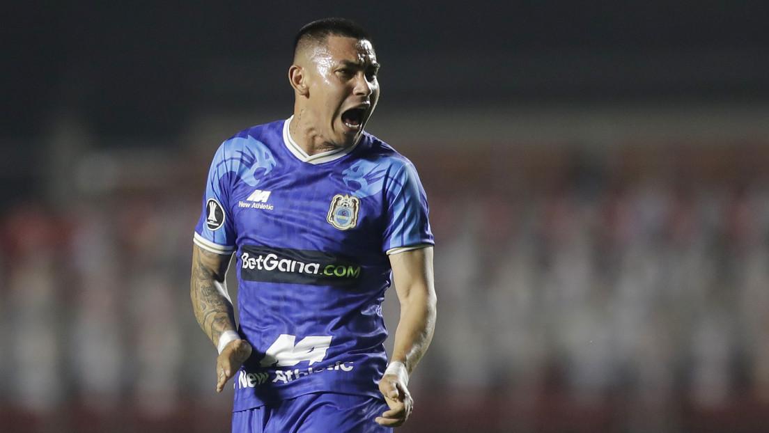 El polémico gesto de un futbolista peruano hacia su compañero que oraba durante el festejo de un gol (VIDEO)