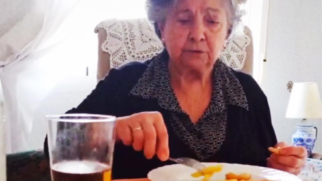 """VIDEO: Una anciana usa las 10 """"armas de las abuelas"""" para que sus nietos coman más y se hace viral"""