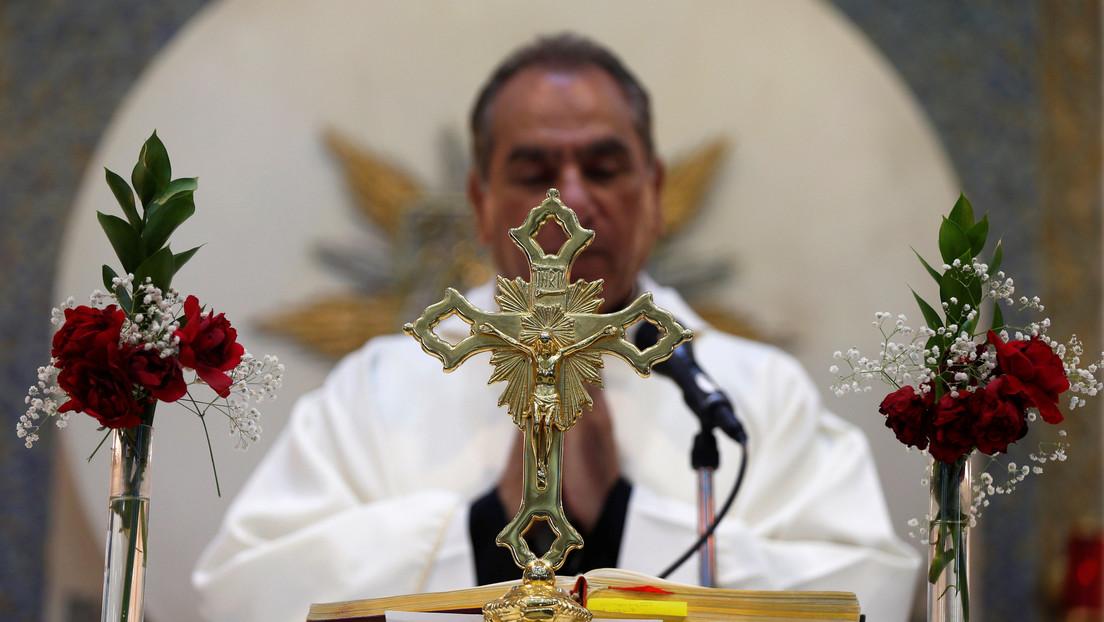 """""""Jesús era alegre"""": Un sacerdote brasileño se desternilla de la risa durante una misa virtual y se vuelve viral (VIDEO)"""
