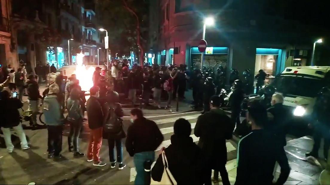 VIDEOS: Vecinos en lucha contra los desahucios echan a la Policía de un barrio de Barcelona