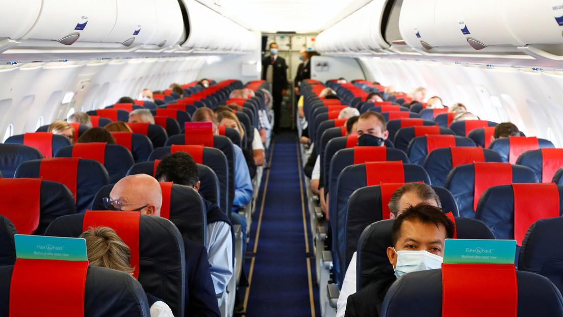 Un pasajero contagia de covid-19 a varias personas en un avión a pesar de obtener una prueba negativa a 48 horas del vuelo
