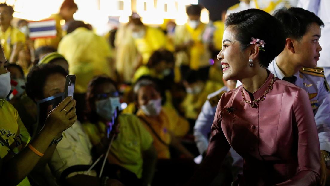 """¿Intrigas en la familia real de Tailandia? Se filtran fotos """"explícitas"""" de la concubina oficial del rey"""