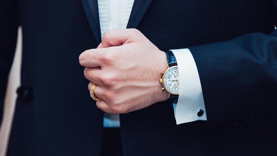 Condenan a prisión a dos hombres que robaron un raro reloj 'erótico' de casi 1 millón de dólares