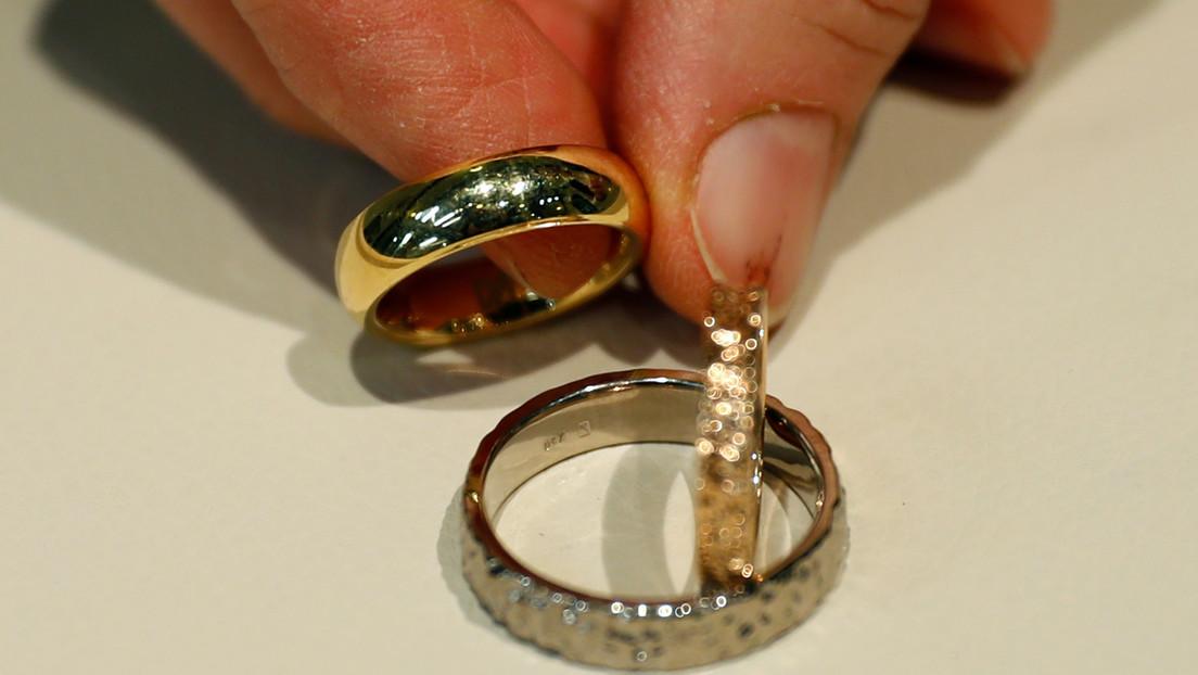 Rescatistas recuperan los anillos de boda de una pareja de migrantes en medio del Mediterráneo