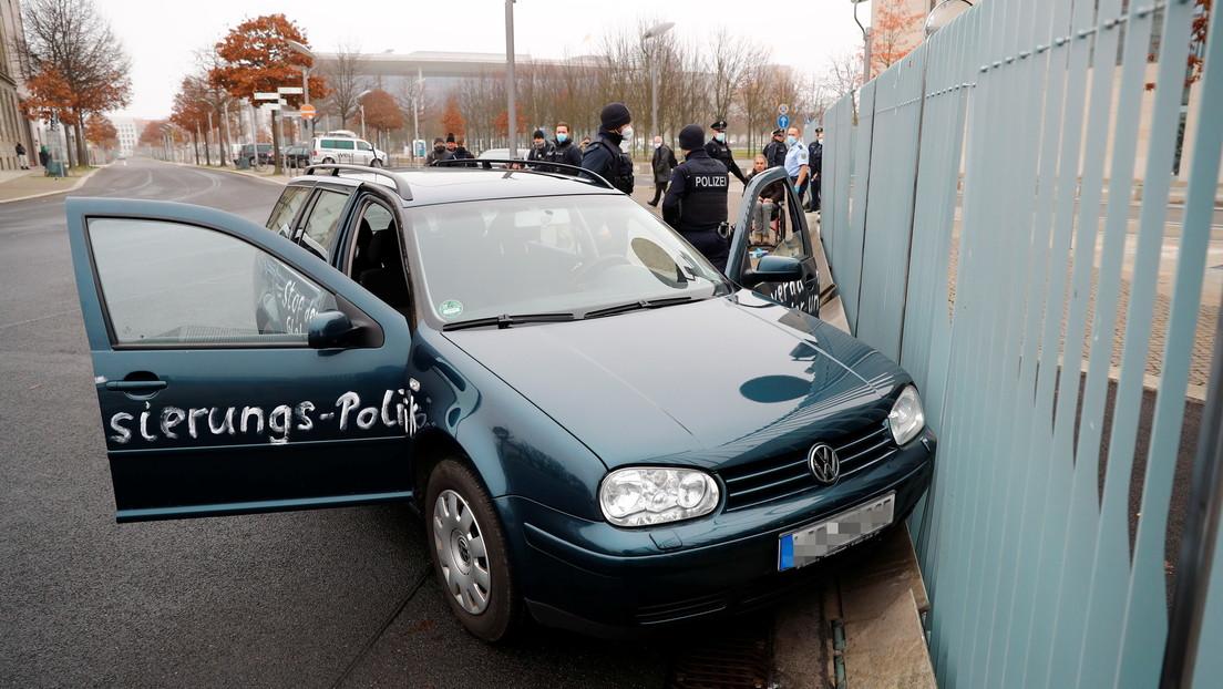 """Un automóvil con la inscripción """"malditos asesinos de niños y ancianos"""" choca contra la oficina de Angela Merkel (VIDEO, FOTOS)"""