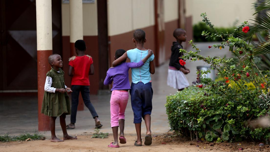 """Adopta a dos niños africanos y luego los abandona en una comisaría argentina """"por razones personales"""""""