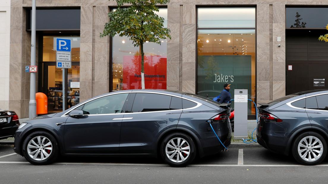 Elon Musk promete cubrir 1.000 km para el semirremolque Tesla y sugiere lanzar un hatchback más pequeño en Europa.