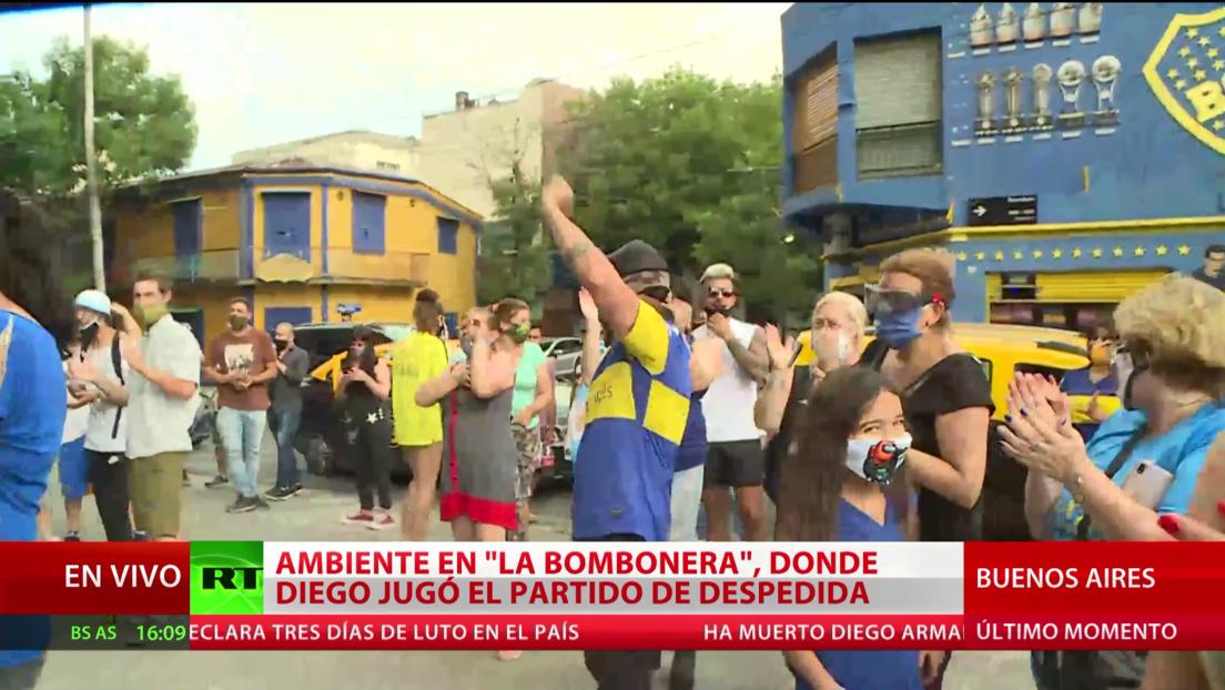 Decenas de personas se congregan en los alrededores del estadio la Bombonera para despedirse de Maradona
