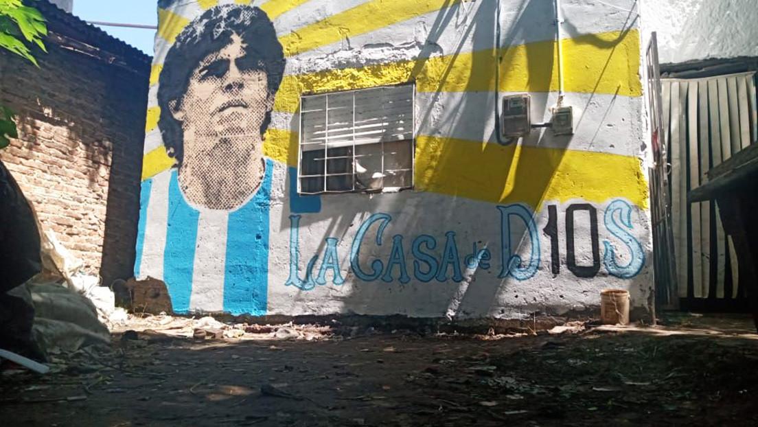 VIDEO: Vecinos de Villa Fiorito pintan un retrato de Maradona en la humilde casa de la infancia de su ídolo