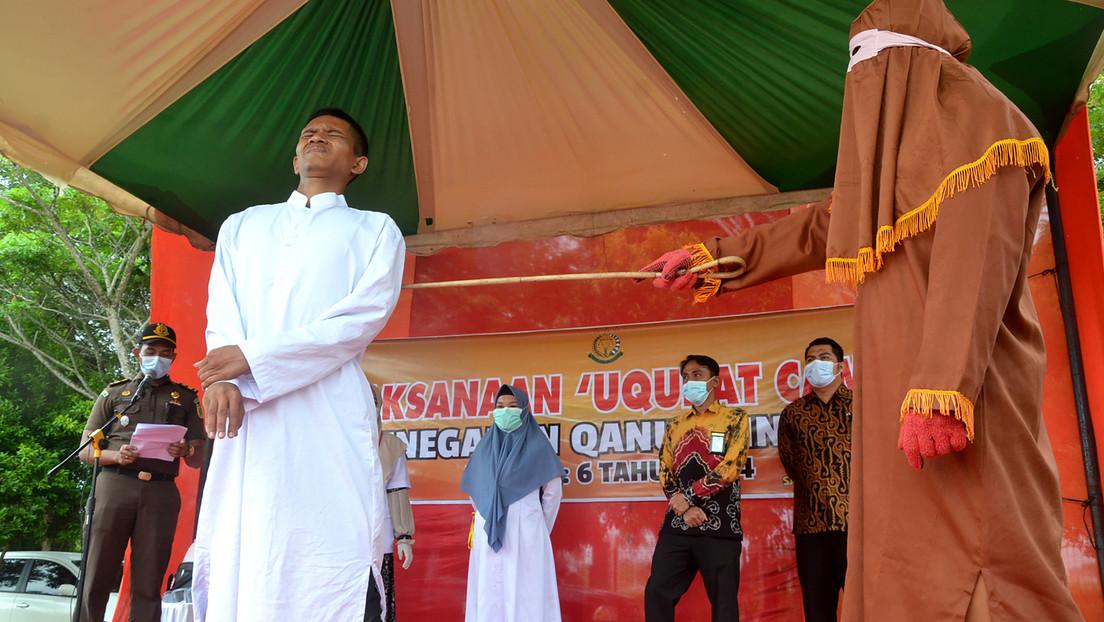 Violador de menores se desmaya mientras es azotado 146 veces en Indonesia