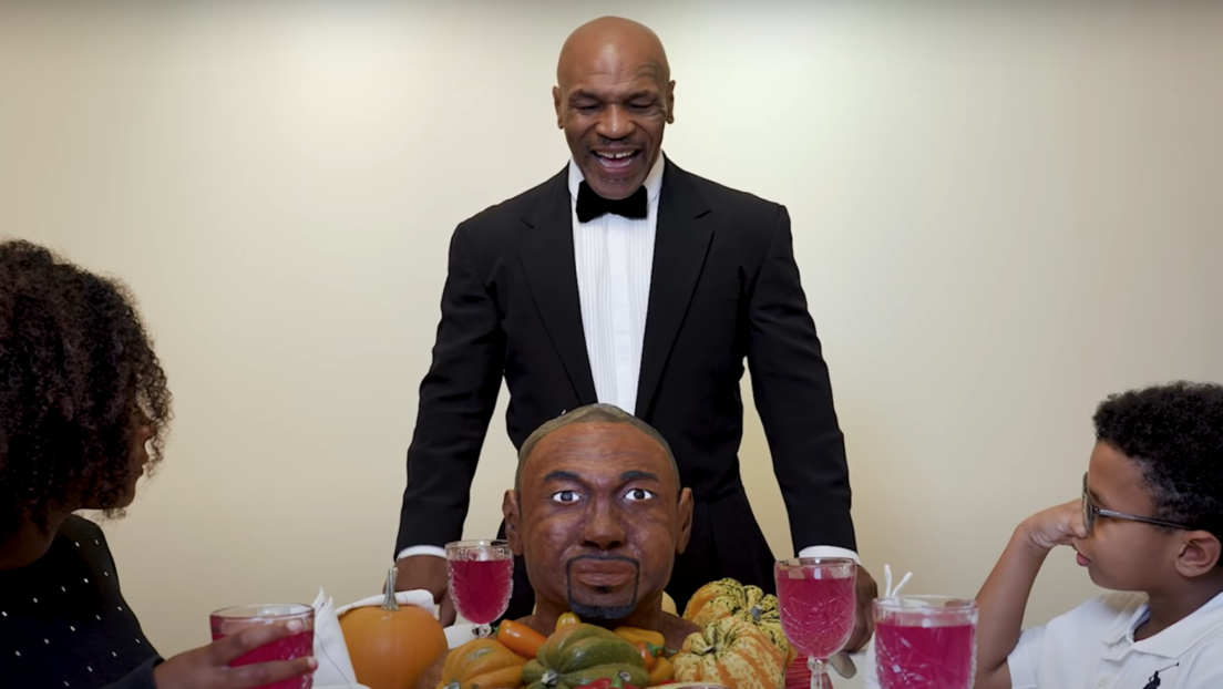 """Sabe mucho mejor que la de Evander"": Mike Tyson devora 'la oreja' de Roy Jones Jr. (VIDEO)"