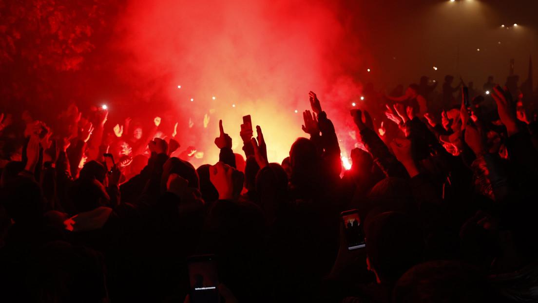 FOTO, VIDEOS: El colorido homenaje con bengalas de los hinchas del Nápoles a Maradona antes del juego por la Europa League