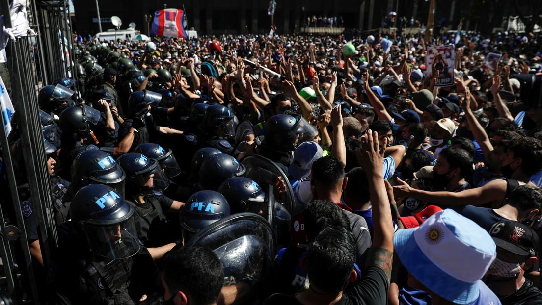 VIDEO: El momento en que los seguidores de Maradona rompen el cerco policial para ingresar al patio de la Casa Rosada