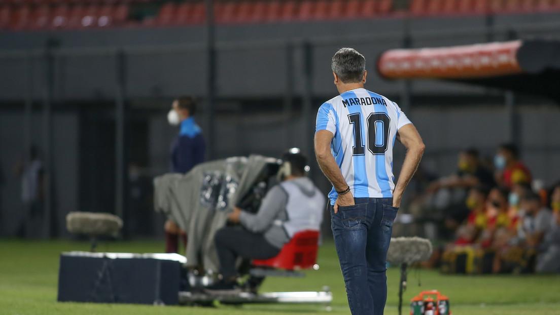 El entrenador del club brasileño Gremio viste la camiseta de Maradona en un partido de la Copa Libertadores