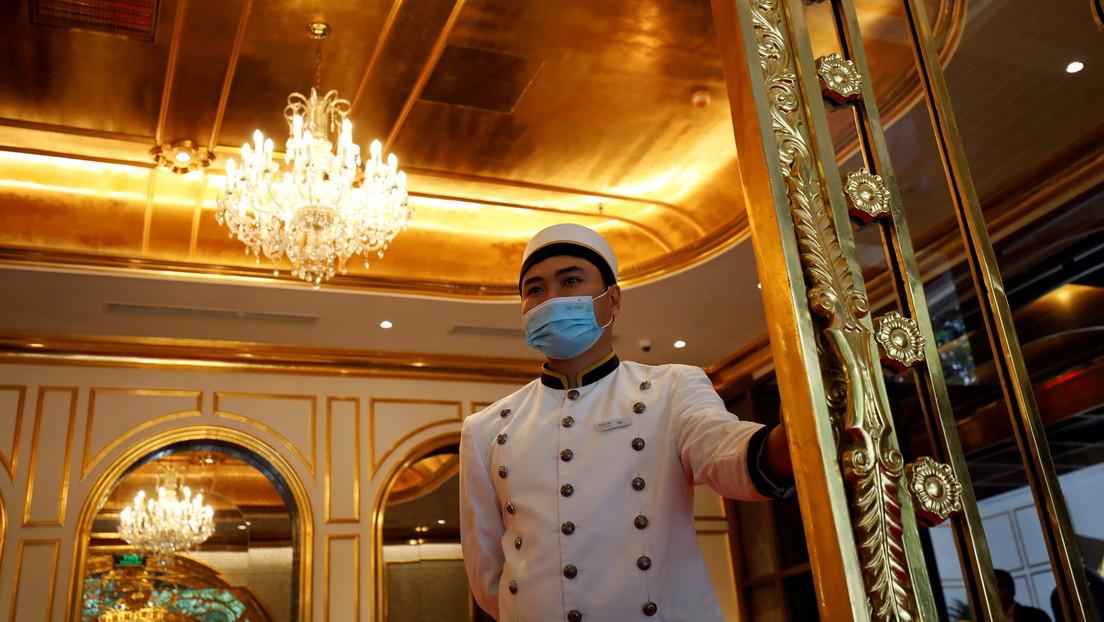 Trabajadora de un hotel sufre un paro cardíaco tras ser escupida por un cliente que se negó a usar mascarilla
